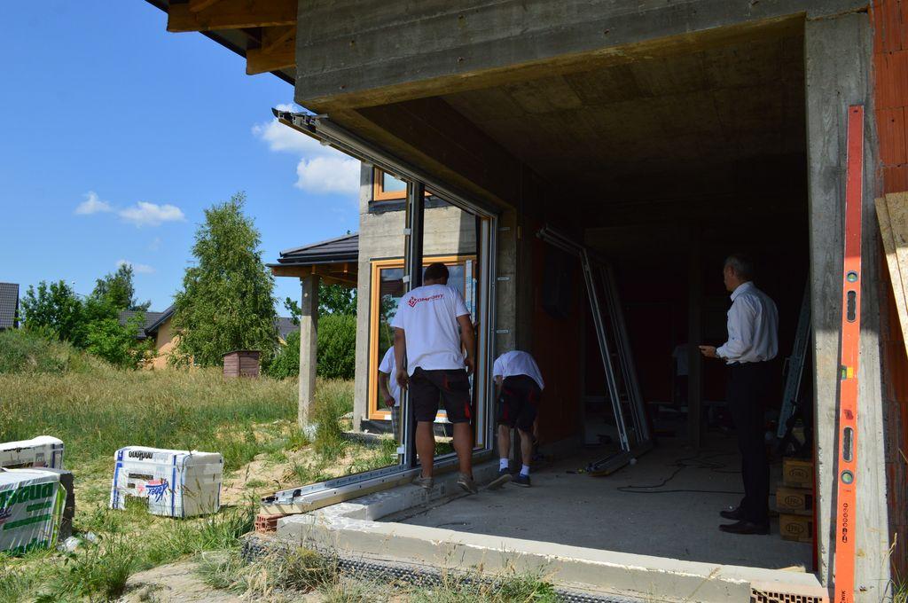 Montaż konstrukcji aluminiowych drzwi balkonowych HST z glass cornerem