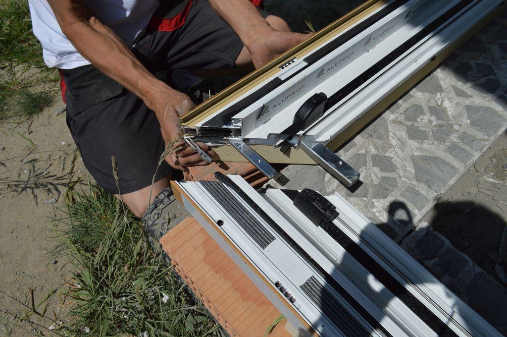 Sposób łączenia naroży aluminiowych drzwi balkonowych HST z glass cornerem