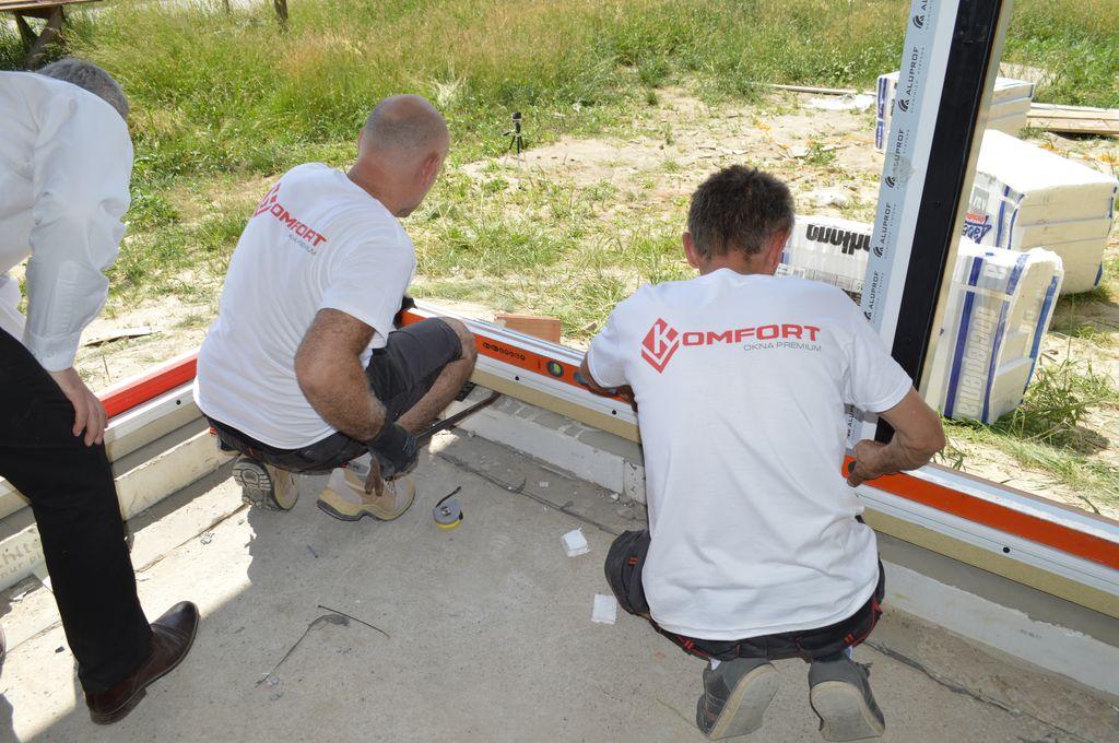 Poziomowanie konstrukcji aluminiowych drzwi balkonowych HST z glass cornerem