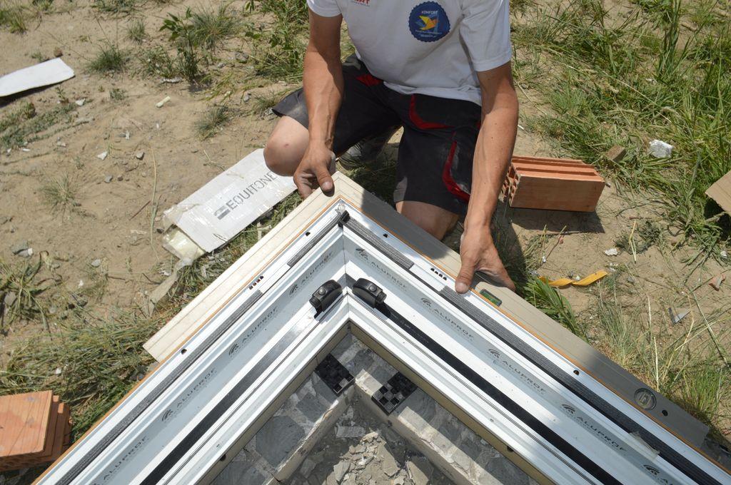 Ustawianie i sprawdzanie prawidłowego kąta przyległych elementów konstrukcji aluminiowych drzwi balkonowych HST z glass cornerem