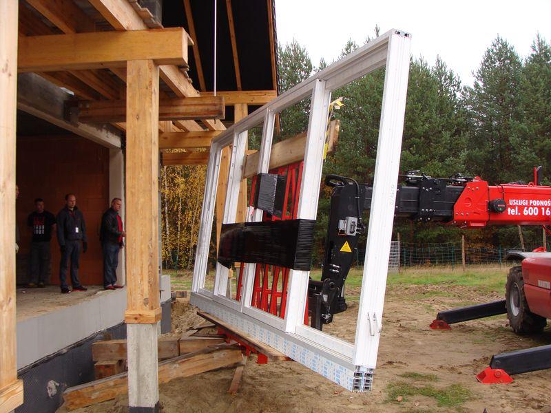 Transport drzwi balkonowych HST na podnośniku widłowym Manitou