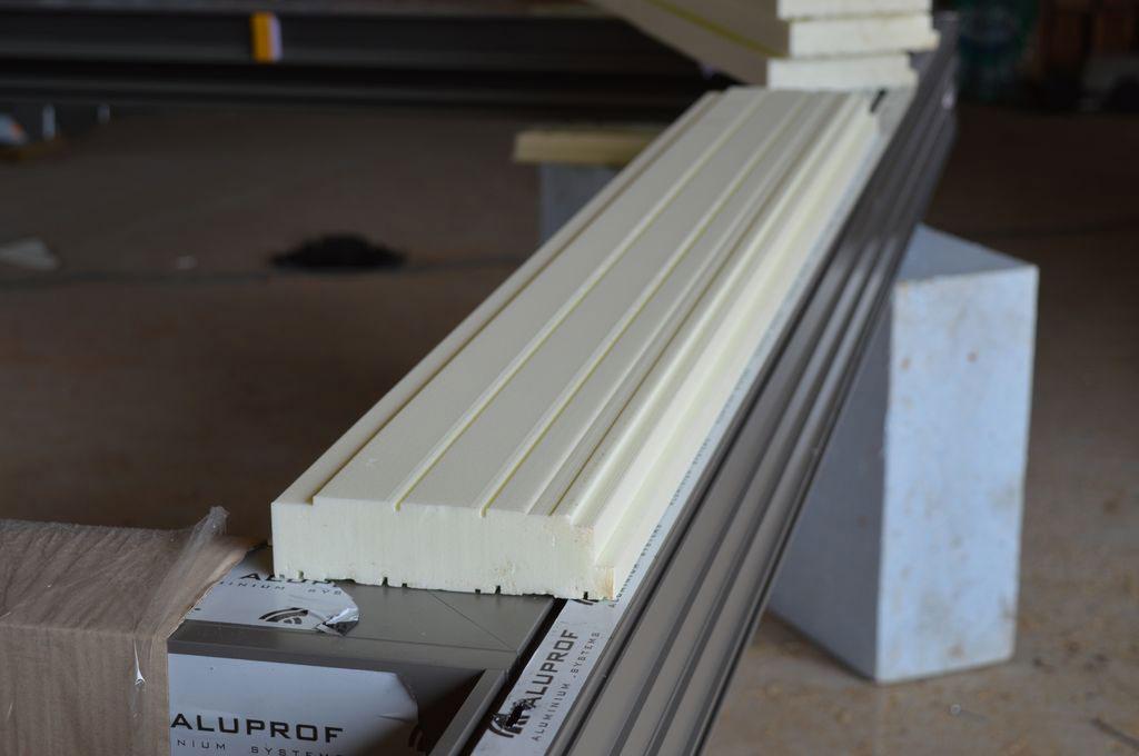 Podwalina XPS dopasowana do konstrukcji dolnej płaszczyzny progu aluminiowych drzwi balkonowych HST