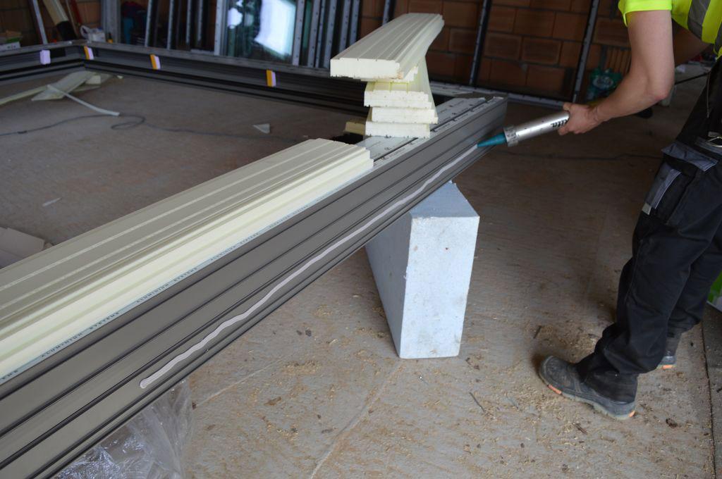 Przygotowanie dolnej płaszczyzny progu aluminiowych drzwi balkonowych HST do montażu podwaliny XPS