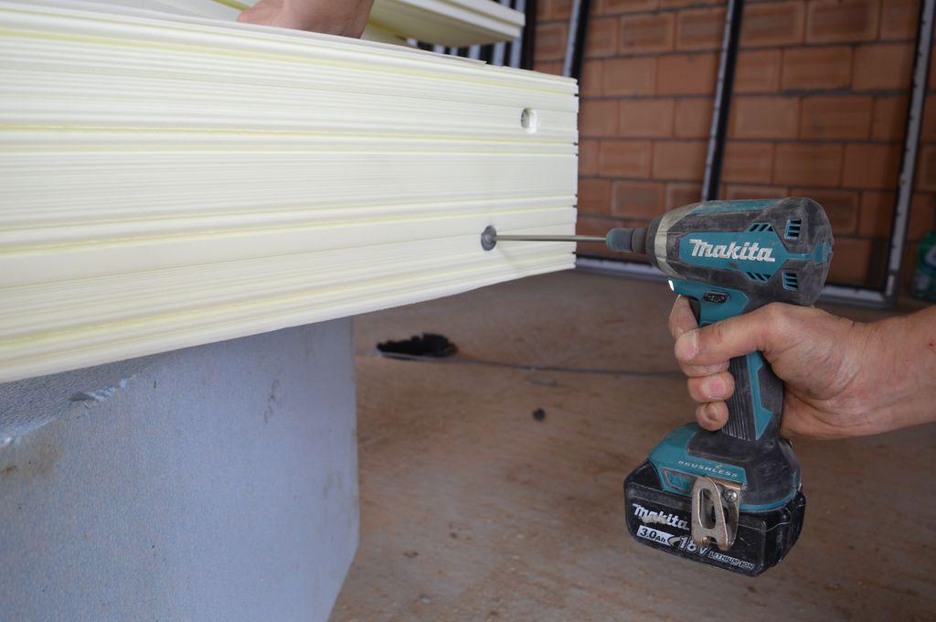 Mocowanie mechaniczne podwaliny XPS do dolnej płaszczyzny progu aluminiowych drzwi balkonowych HST