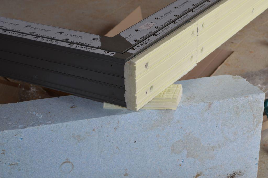 Zachodzenie górnej płaszczyzny podwaliny XPS i dolnej płaszczyzny progu aluminiowych drzwi balkonowych HST