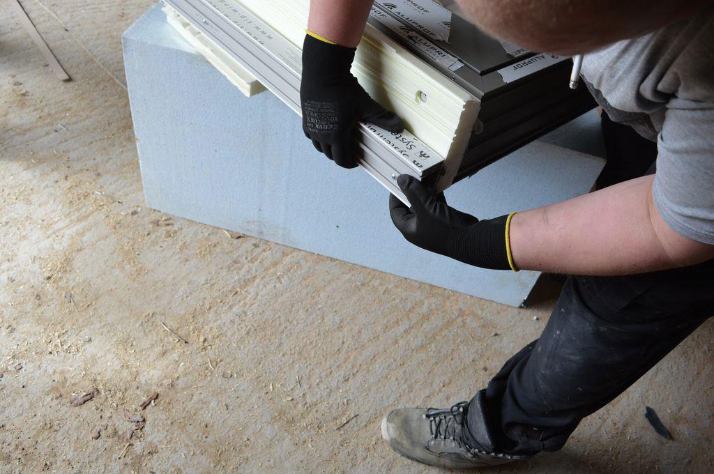 Mocowanie poszerzeń z PVC-U do podwaliny XPS aluminiowych drzwi balkonowych HST