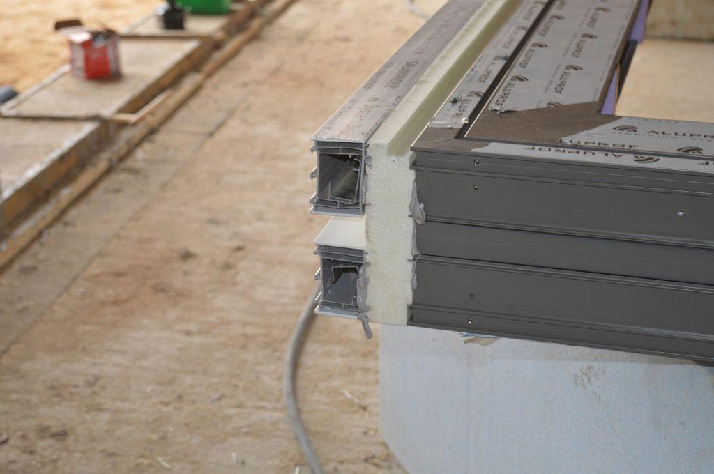 Poszerzenia z PVC-U zamocowane do podwaliny XPS aluminiowych drzwi balkonowych HST