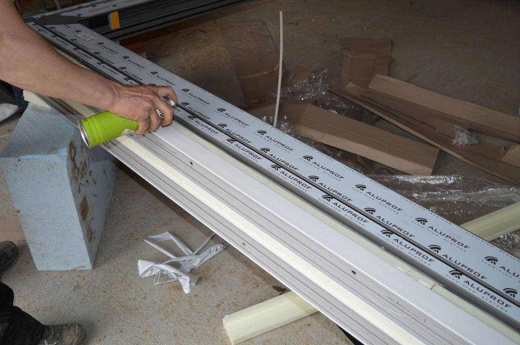 Przygotowanie kompletnej podwaliny progu aluminiowych drzwi balkonowych HST do mocowania zewnętrznego fartucha EPDM
