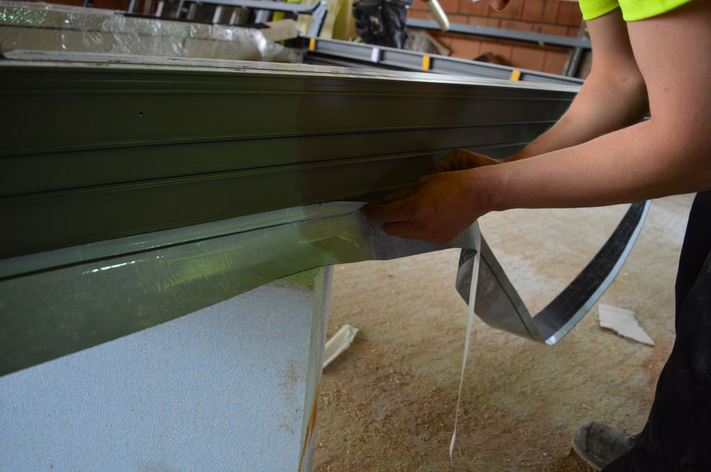 Mocowanie folii paroizolacyjnych, jako wewnętrznej warstwy ochronnej dla termoizolacji aluminiowych drzwi balkonowych HST