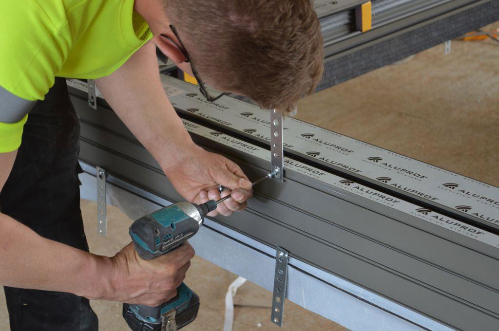 Mocowanie stalowych kotew do płaszczyzny ramy ościeżnicy aluminiowych drzwi balkonowych HST