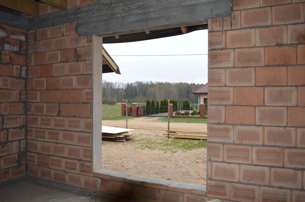 Otwór ościeża w ścianie konstrukcyjnej z pustaków ceramicznych przygotowany do montażu okna