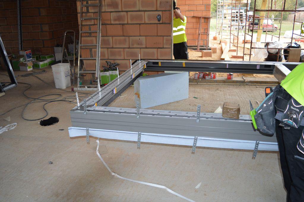 Ościeżnica aluminiowych drzwi balkonowych HST z zamocowanymi kotwami stalowymi