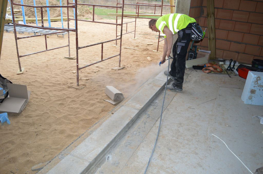 Oczyszczenie i przygotowanie ościeża do instalacji aluminiowych drzwi balkonowych HST