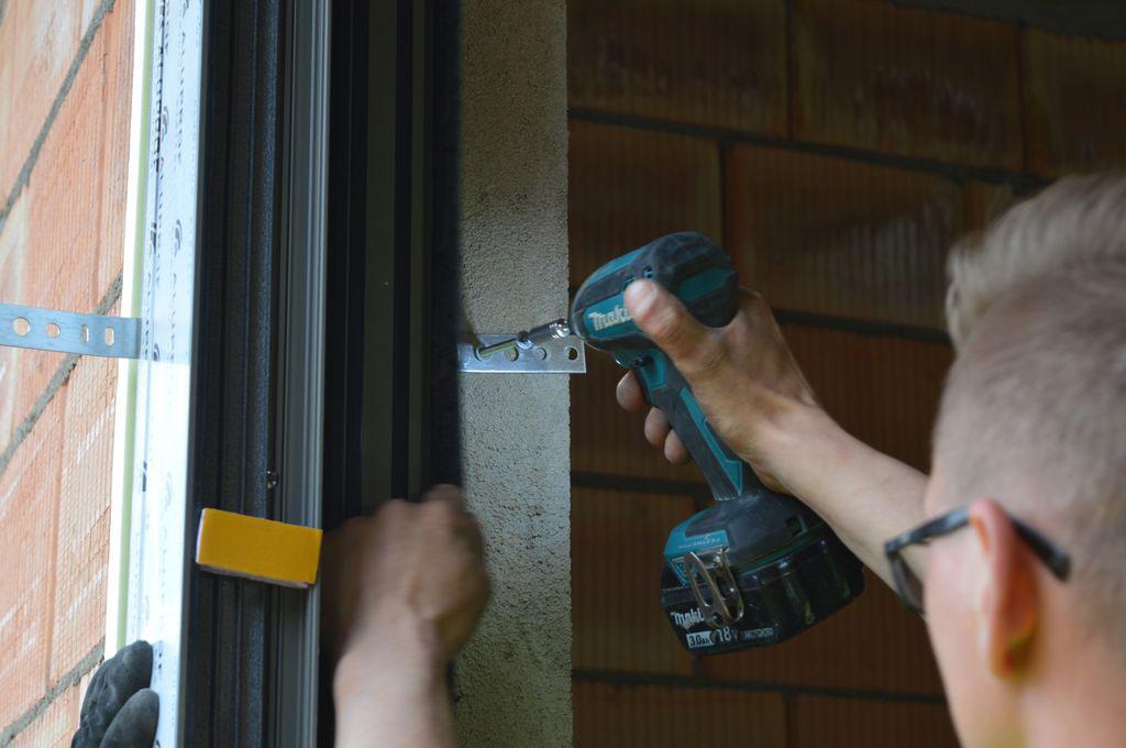 Mocowanie mechaniczne konstrukcji aluminiowych drzwi balkonowych HST w otworze ościeża