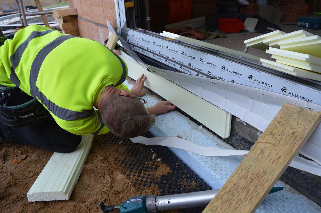 Wykonanie dodatkowego elementu termoizolacji w obrębie podwaliny i progu aluminiowych drzwi balkonowych HST