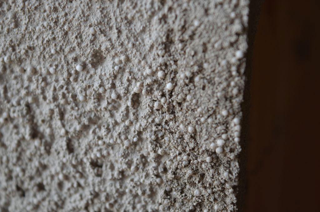Struktura powierzchni ościeża przygotowanej do montażu z użyciem ciepłochronnej zaprawy Illbruck