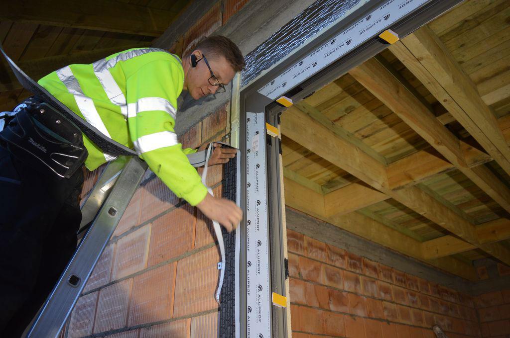 Mocowanie zewnętrznych i wewnętrznych folii izolacyjnych do muru konstrukcyjnego