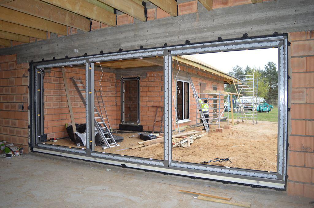 Konstrukcja aluminiowych drzwi HST po zakończeniu części mechanicznej montażu i wykonaniu uszczelnienia