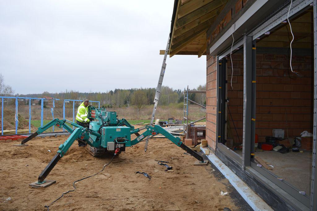 Przygotowanie do oszklenia konstrukcji z użyciem żurawia samojezdnego