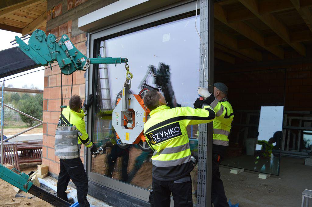 Szklenie konstrukcji aluminiowych drzwi HST z użyciem żurawia samojezdnego