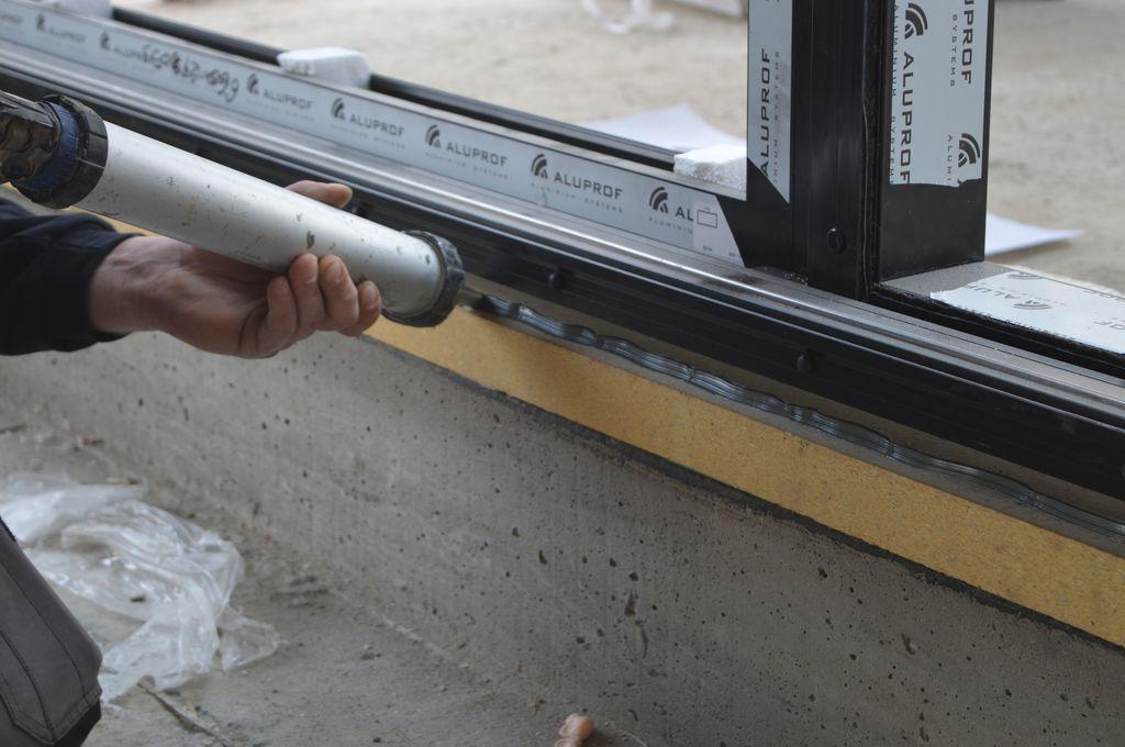 Wykonywanie uszczelnień z powłok hybrydowych w progu konstrukcji okiennej