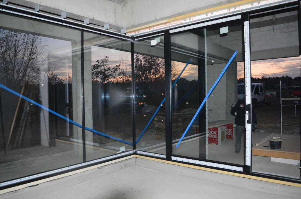 Drzwi balkonowe HST w schemacie C z glass cornerem i oszkleniem stałym łączonych na styk szyba do szyby