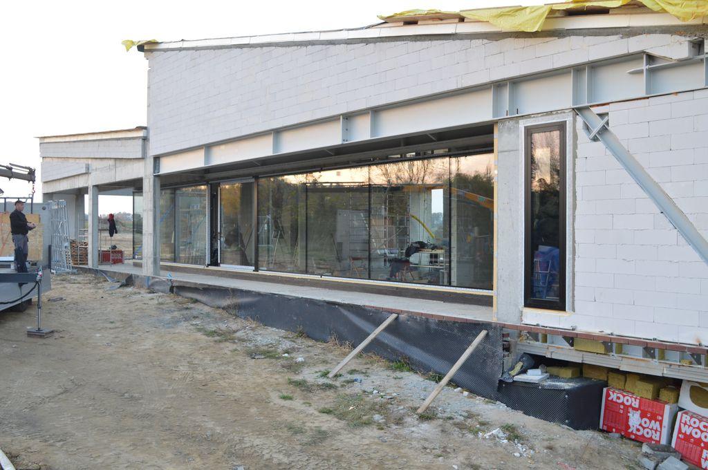 Zamontowana konstrukcja okienna o szerokości 25 metrów składająca się z drzwi balkonowych HST z glass cornerem oraz oszkleń stałych łączonych na styk szyba do szyby