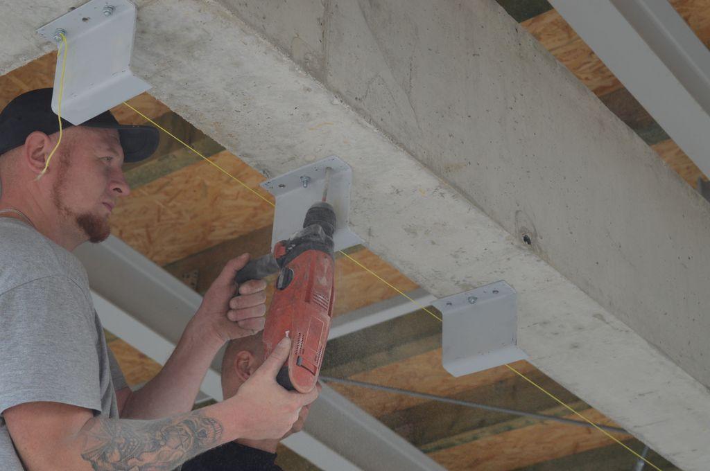 Montaż stalowych konsoli, jako elementu mocowań mechanicznych konstrukcji okiennej w obrębie nadproża