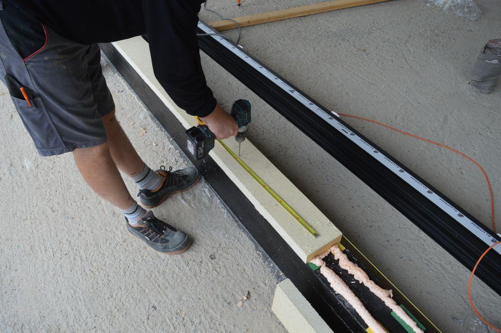 Montaż purenitowych podwalin konstrukcji okiennej