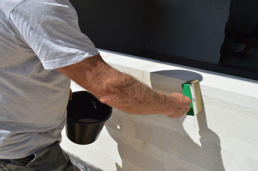 Gruntowanie zewnetrznej powierzchni muru przed instalacją elemntów systemu