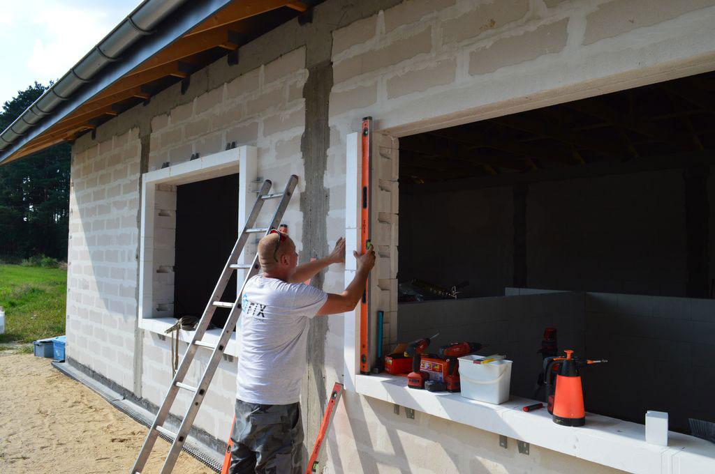 Poziomowanie i przytwierdzanie elementów systemu do muru