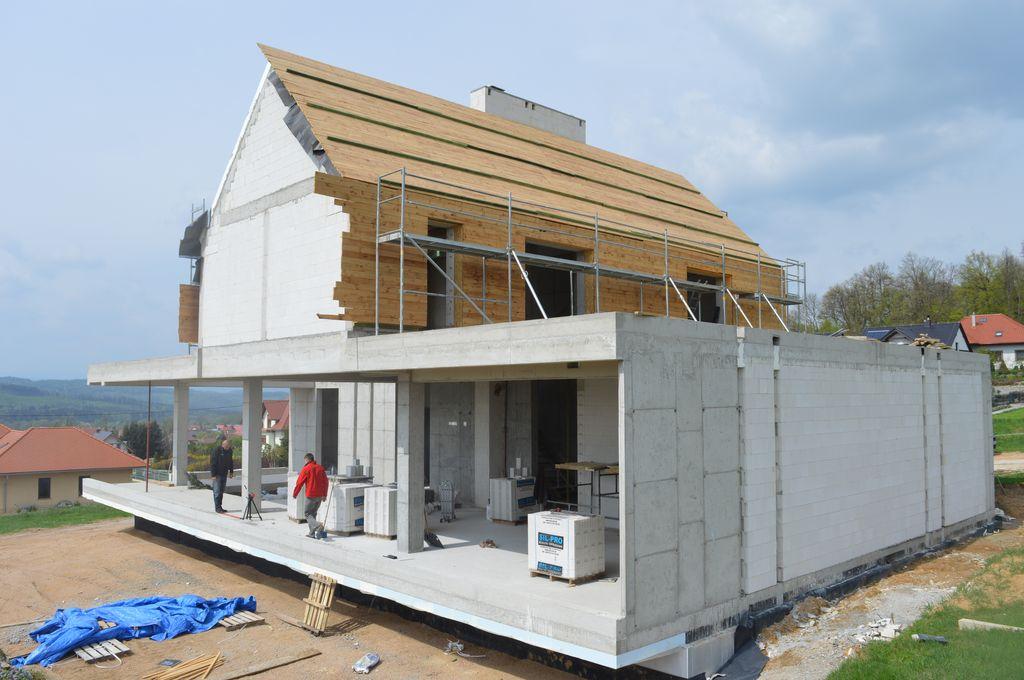 Przygotowanie do montażu okiennych konstrukcji aluminiowych w jednorodzinnym budynku mieszkalnym