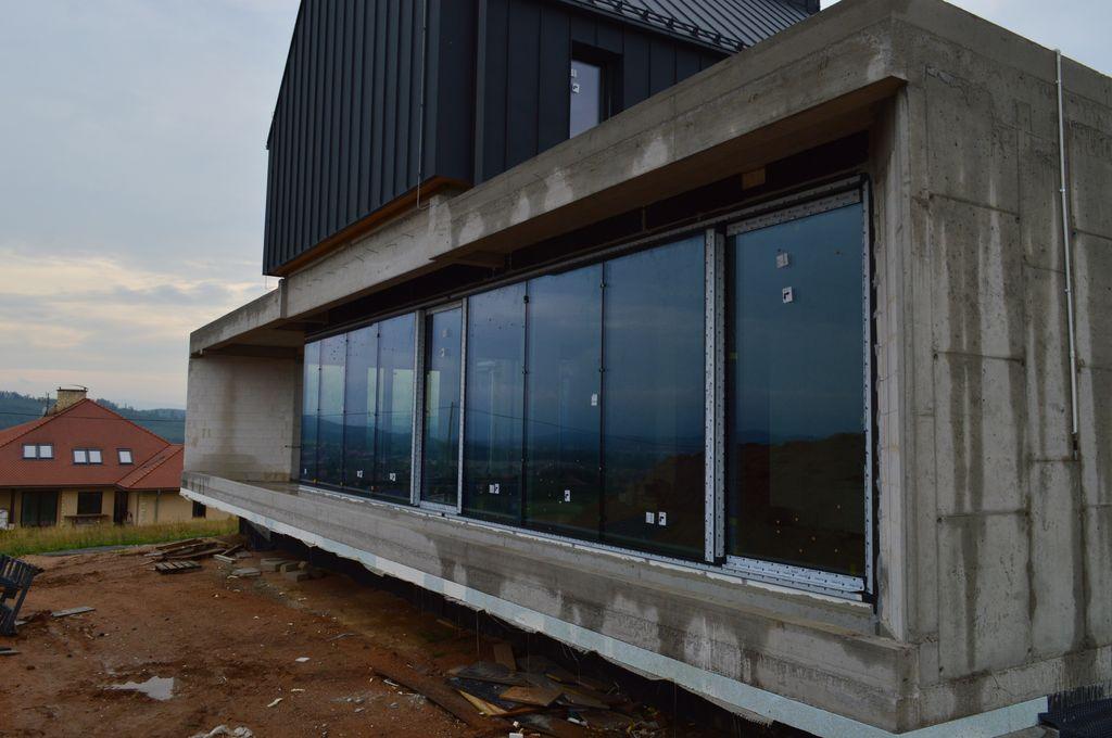 Aluminiowe konstrukcje okienne zamontowane w jednorodzinnym budynku mieszkalnym