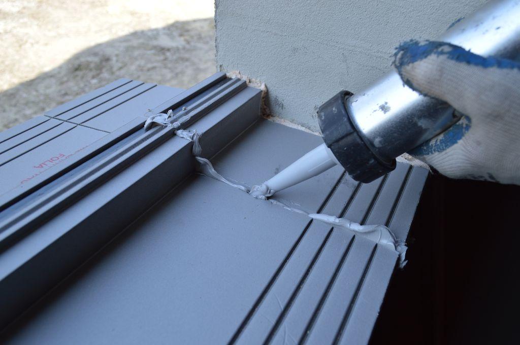 Uszczelnienie i mocowanie styku elementów ciepłego parapetu przy użyciu kleju hybrydowego