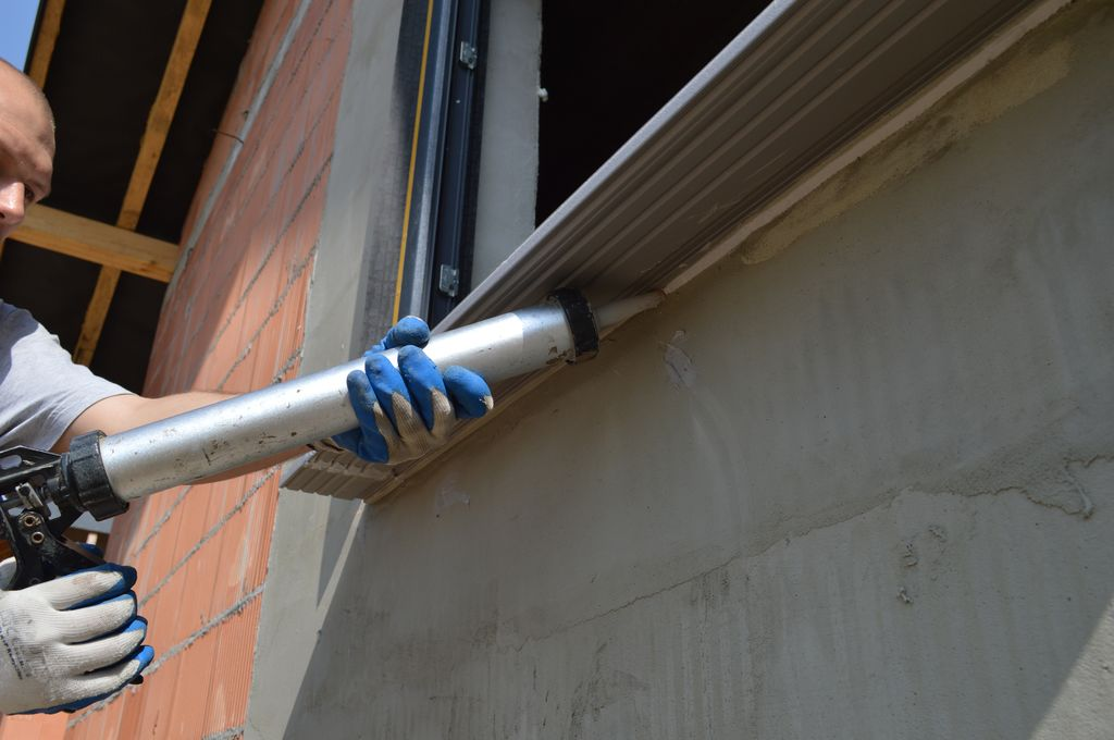 Wykonanie przy użyciu kleju hybrydowego drugiej warstwy osłonowej materiału termoizolacyjnego na styku ciepłego parapetu i progu ościeża po stronie zewnętrznej