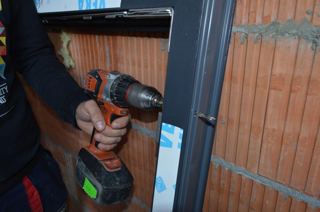 Nawiercanie otworów pod łączniki mocowania mechanicznego w ramie ościeżnicy okna Vetrex V82 ProSafe
