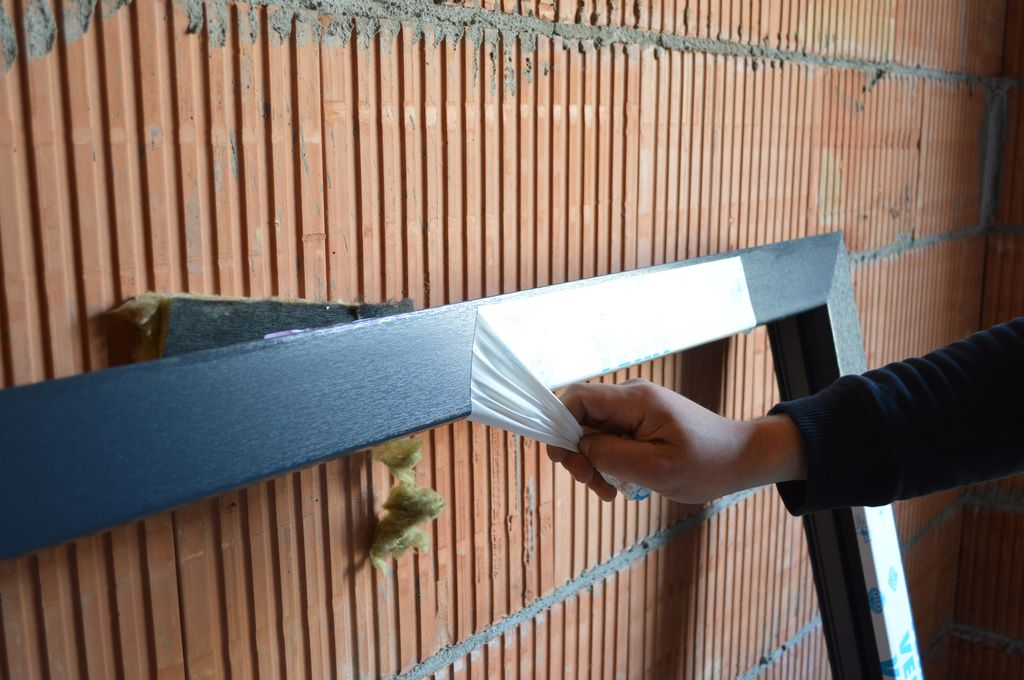 Usuwanie folii ochronnych z ramy ościeżnicy okna