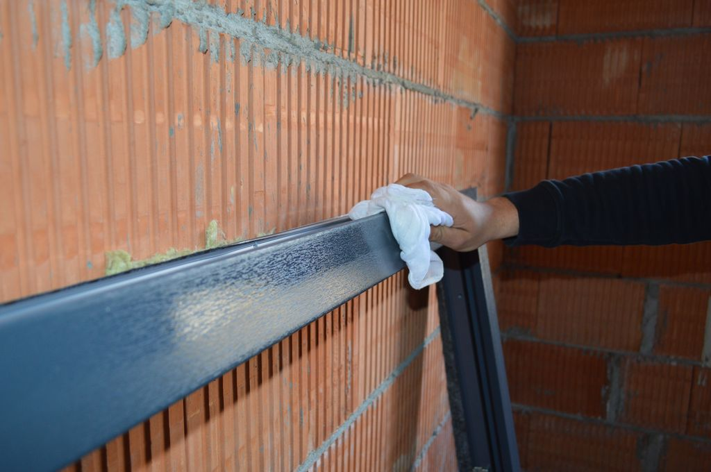 Usuwanie zabrudzeń i odtłuszczanie powierzchni ramy ościeżnicy okna
