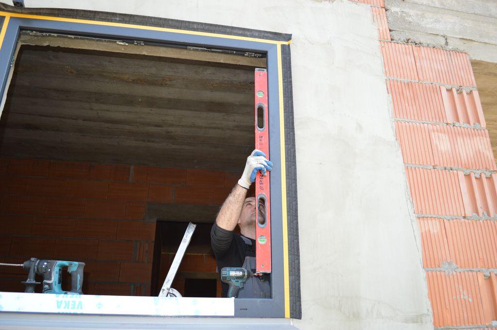 Ustalenie pozycji okna w otworze okiennym wraz z kontrolą pionu i poziomu