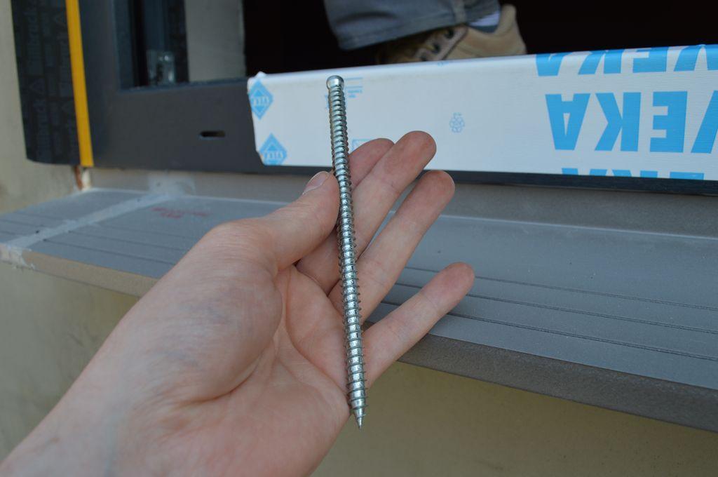 Śruba ramowa do mocowania mechanicznego okna