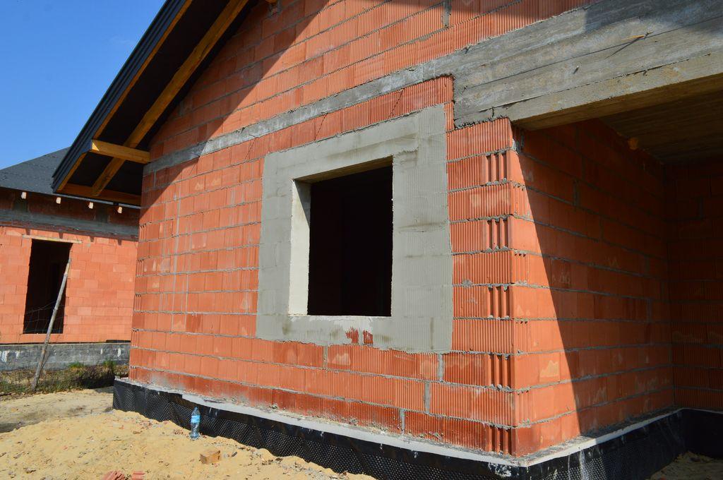 Otwór okienny w ścianie z pustaków ceramicznych gotowy do montażu okien