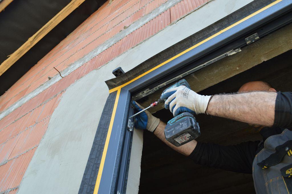 Mocowanie mechaniczne ramy ościeżnicy okna do muru konstrukcyjnego