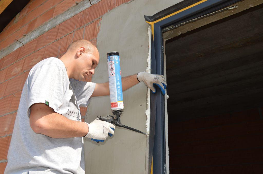 Wykonanie uszczelnienia termoizolacyjnego wokół okna z użyciem pianki poliuretanowej