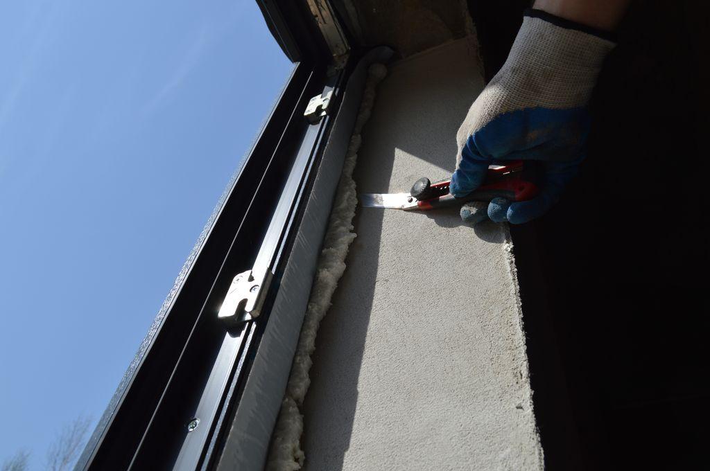 Przygotowanie warstwy termoizolacji do osłonięcia foliami - usuwanie nadmiarów pianki poliuretanowej