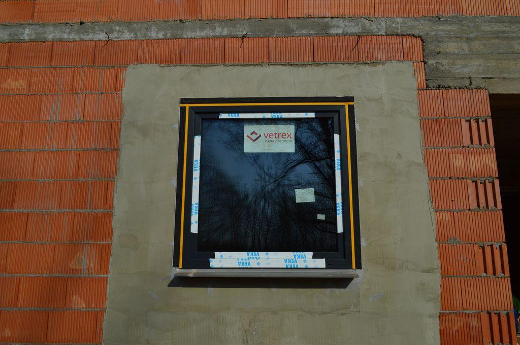 Okno Vetrex V82 ProSafe zamontowane w przygotowanym ościeżu muru konstrukcyjnego z pustaka ceramicznego