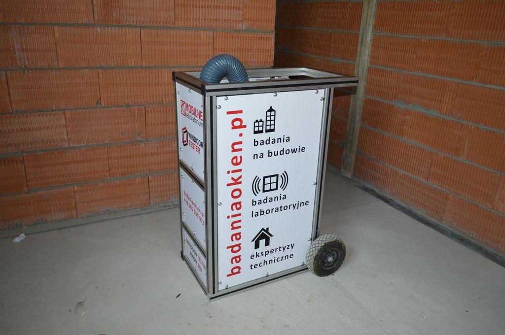 Urządzenie Windoortester do badania przepływu powietrza przez okna i drzwi balkonowe oraz połączenia montażowe