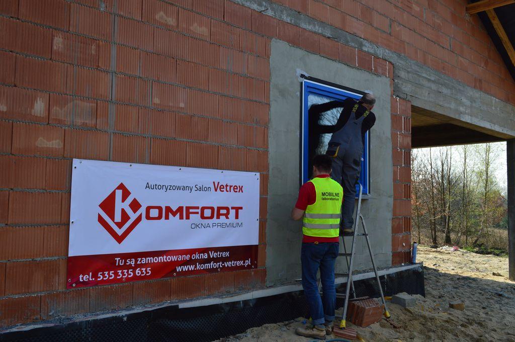 Przygotowanie zamontowanego okna V82 ProSafe do badań szczelności powietrznej i wodoszczelności montażu