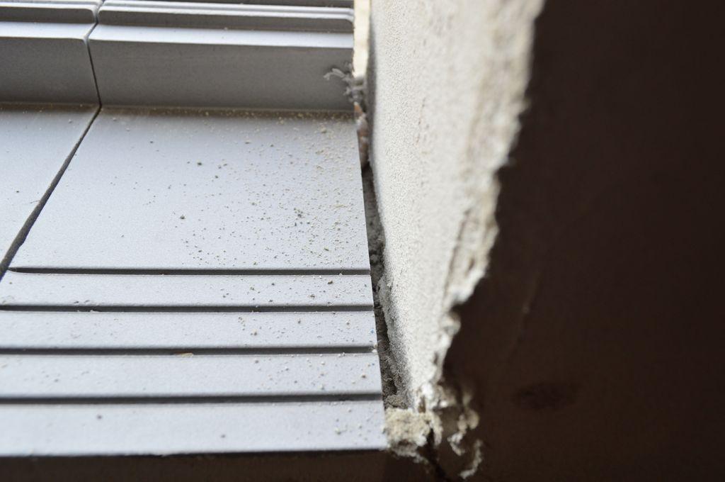 Szczelina dylatacyjna, przestrzeń niezbędna do aplikacji kleju poliuretanowego na styku ciepłego parapetu z murem ościeża