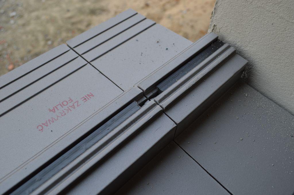 Szczelina dylatacyjna na styku elementów ciepłego parapetu wraz z dodatkowym nacięciem do aplikacji środka uszczelniającego
