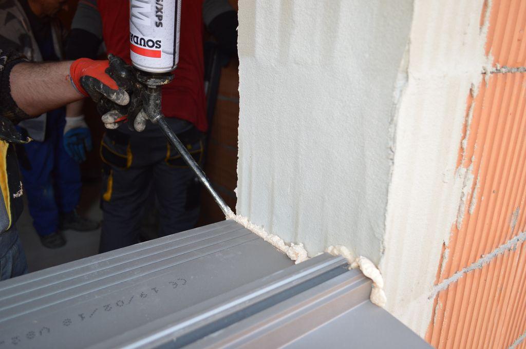 Uszczelnienie i mocowanie elementów na styku ciepłego parapetu z murem ościeża przy użyciu kleju poliuretanowego